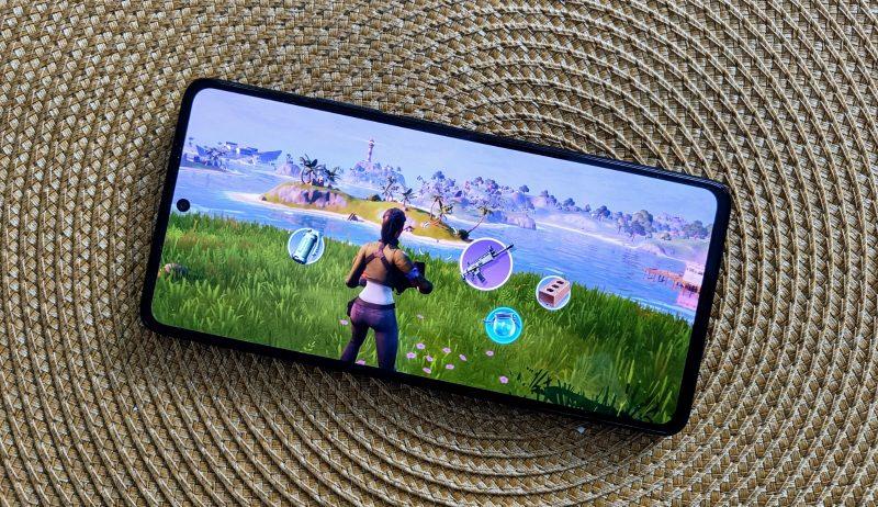Xiaomi 11T Pro pyörittää sujuvasti jokaista peliä, vaikka lämpeneekin.