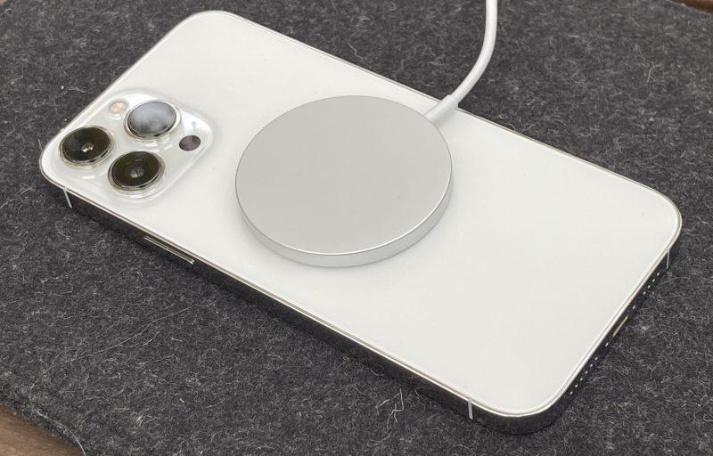 iPhone 13 -puhelimet tukevat yhä MagSafe-latausta.
