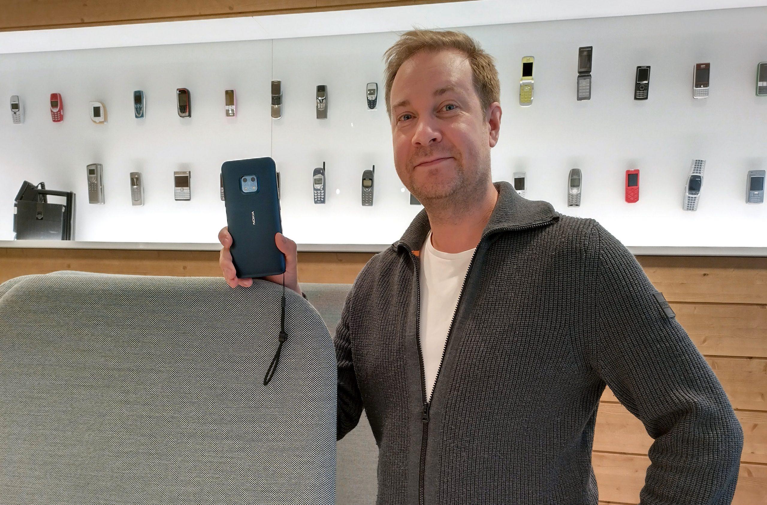 Nokia-puhelinten suunnittelijana toimiva Miika Mahonen kädessään Nokia XR20 -puhelin.